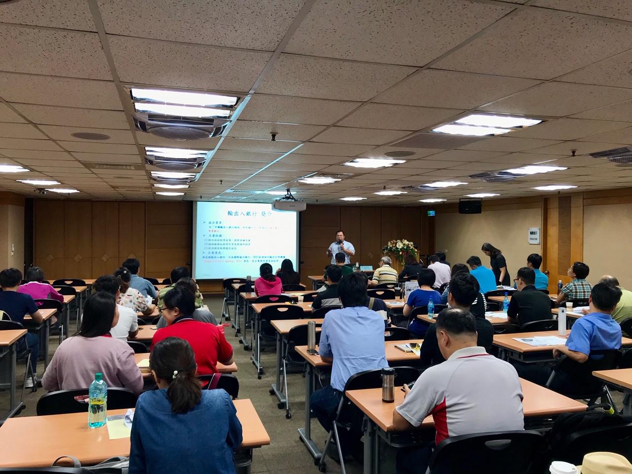 圖片說明-台南分行於9月18日與經濟部國貿局、貿協台南辦事處合辦『精準行銷--「不景氣下的中小企業競爭策略」』研討會